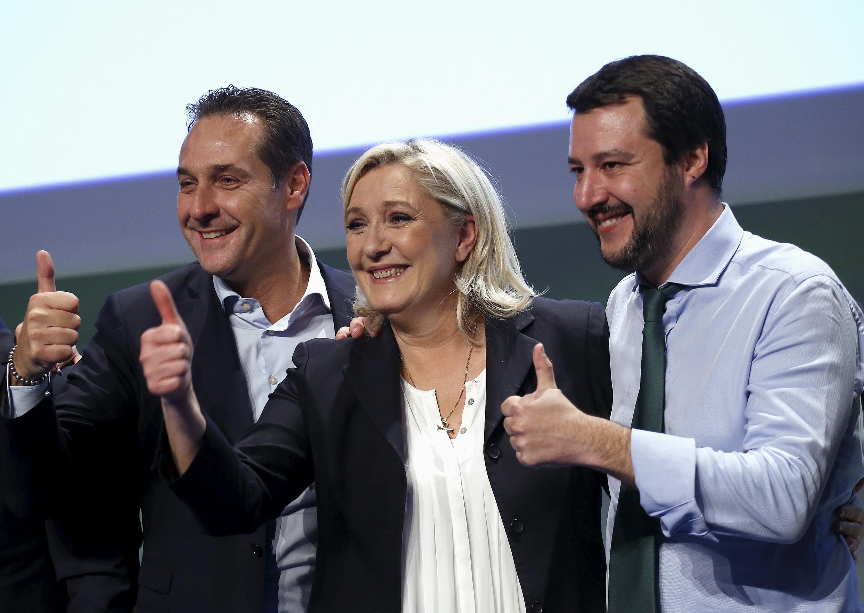 La présidence du Front national Marine Le Pen, en compagnie des leaders de la Ligue du Nord italienne (LN) Matteo Salvini (à droite) et du Parti de la liberté d'Autriche (FPÖ) Heinz-Christian Strache, le 28 janvier 2016 à Milan.