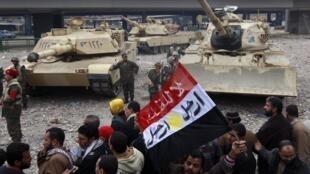 Des manifestants face aux militaires, à proximité de la place Tahrir, le 5 février 2011.