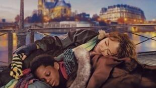 """Détail de l'affiche de Claus Drexel """"Sous les étoiles de Paris"""" avec Catherine Frot et Mahamadou Yaffa."""