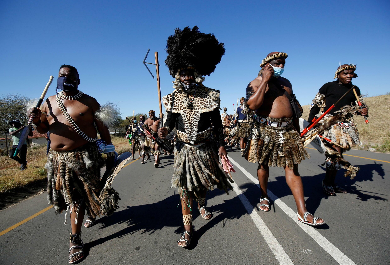 Guerreiros zulus caminham em direção à casa do ex-presidente sul-africano Jacob Zuma, a fim de manifestar apoio a ele contra uma condenação a 15 meses de prisão.