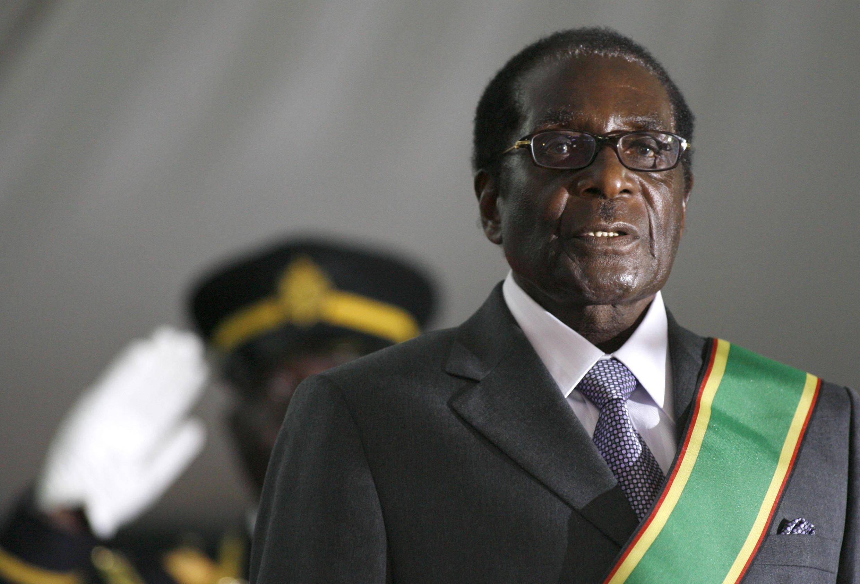 29 juin 2008. Robert Mugabe est réélu pour un sixième mandat dans un climat tendu et fait face aux critiques internationales.
