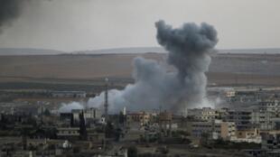 Affrontements à Kobane en Syrie, depuis la frontière turco-syrienne au sud-est de la ville de Suruc, en Turquie le 9 octobre 2014.
