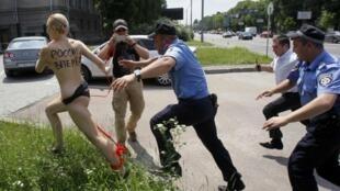Активистки Femen убегают от украинских милиционеров, июнь 2013.