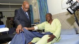 Le président Jacob Zuma avec l'un des mineurs blessés le 17 août 2012.