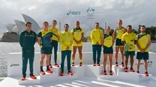 Los atletas australianos desvelan su ropa de competición con la marca Asics para los Juegos de Tokio frente a la Ópera de Sídney el 31 de marzo de 2021