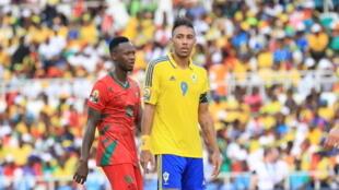 Juary Soares (esquerda), autor do golo guineense frente ao Gabão, e Pierre-Emerick Aubameyang (direita), avançado gabonês.