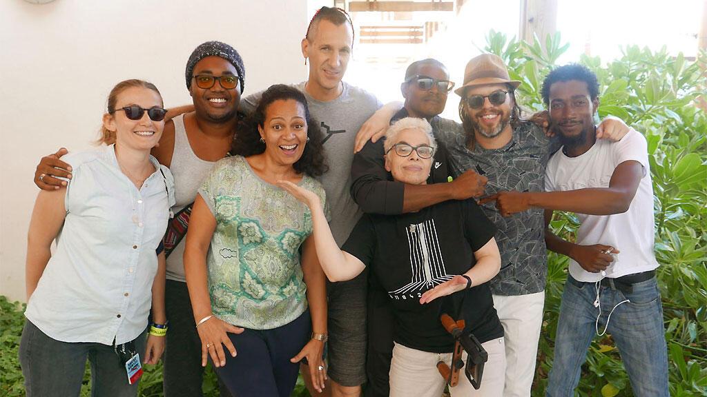 Photo de famille avec Pachibaba, Kiltir Maloya, Marion Matigot et Laurence Aloir au Battant des Lames.