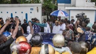 Entouré de militants, Nicéphore Soglo et Boni Yayi quittent la maison du premier, à Cotonou, pour se rendre au marché Dantokpa, le 19 avril 2019.