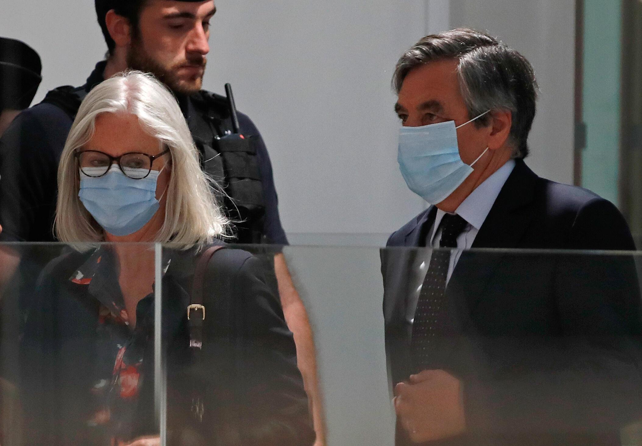 Tsohon Franministan Faransa Francois Fillon da mai dakinsa yayin zaman kuto a birinin Paris 29 ga watan Yuni 2020.