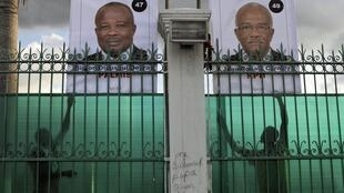 Affiches électorales de candidats à la présidentielle sur la clôture du Palais national, à Port-au-Prince, le 18 octobre 2015.