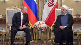 Tổng thống Putin (T) tiếp xúc với đồng nhiệm Iran Hassan Rouhani tại Téhéran, ngày 01/11/2017.