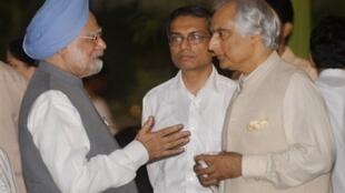 L'ambassadeur pakistanais, Shahid Malik (d), et le Premier ministre indien, Manmohan Singhan (g), le 18 septembre 2009.