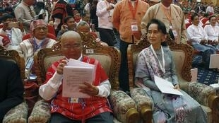 Bà Aung San Suu Kyi tại hội nghị hòa bình với các nhóm vũ trang ở Naypyitaw ngày 12/01/2016.