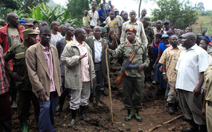 Uganda's President Yoweri Museveni (C) visits  survivors of Monday's landslide in Bududa