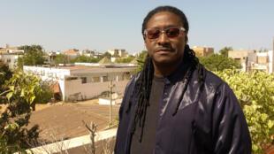 Didier Awadi chez lui sur la terrasse de son studio.