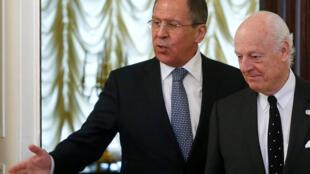 El canciller ruso Serguei Lavrov (a la izquierda), junto al emisario de la ONU, Staffan de Mistura, el 3 de mayo de 2016 en Moscú.
