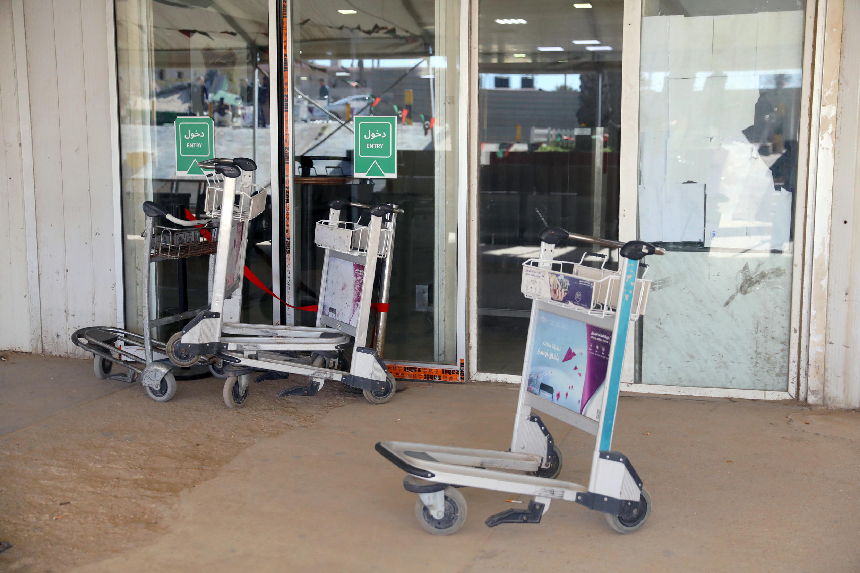 Aeroporto de Mitiga foi esvaziado às pressas após o bombardeio e teve suas atividades suspensas