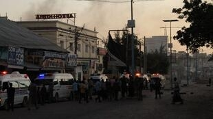 (illustration) Des ambulances attendent près du site où une bombe a explosé à Mogadiscio, la capitale somalienne, le 31 janvier 2021.