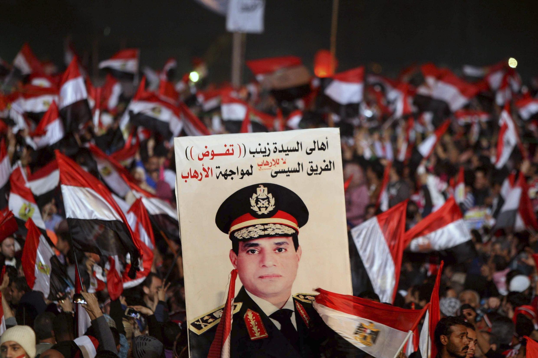 Người biểu tình tahi quảng trường Tahrir với chân dung của tổng tư lệnh quân đội Ai Cập, tướng Fattah al Sissi - REUTERS