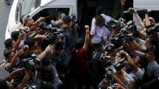 """Cảnh sát Thái Lan bắt giữ những sinh viên biểu tình """"im lặng"""" phản đối dự thảo Hiến Pháp mới do chính quyền quân sự soạn thảo, Bangkok, ngày 27/04/2016."""