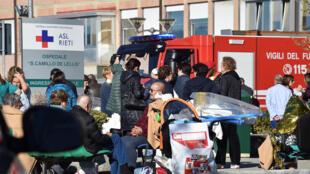 Feridos são levados para o hospital em Rieti, atingida pelo terremoto deste domingo (30).