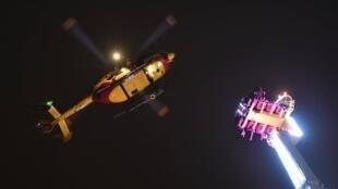 法国雷恩市一游乐场旋转铁臂出故障 8人在52米的高空迎新年  2018年12月31日-2019年1月1日