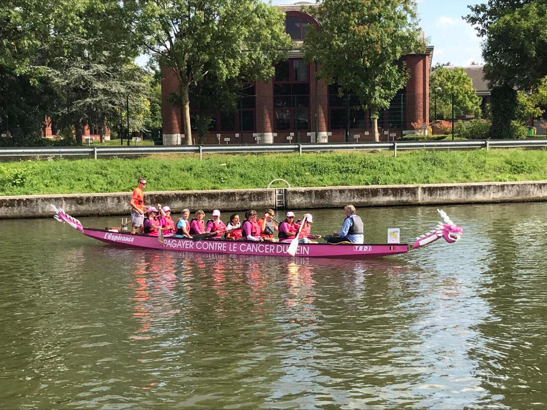 Le Dragon boat rose des Pink Ribbonettes naviguera bientôt dans la lagune de Venise.