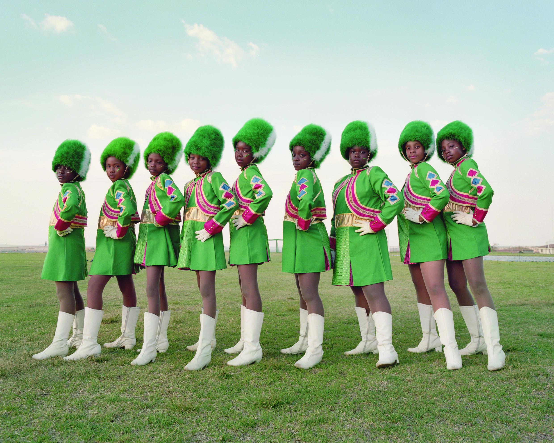 «Alice Mann: The Curro Thatchfield Primary Majorettes Drummies», 2018. de la série «Drummies». Œuvre de l'exposition « L'Afrique - Vue par les photographes » au Patrimoine Culturel Mondial Völklinger Hütte.