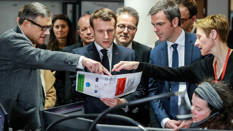 Shugaban Faransa Emmanuel Macron, tare da ministan lafiyar kasar Olivier Véran da sauran mukarrabansa, yayin ziyartar wani asibiti a birnin Paris.