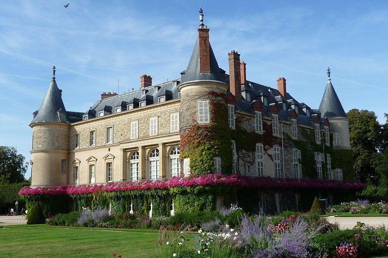 В Рамбуйе также находится замок, служивший сначала королевской, а затем и летней президентской резиденцией.