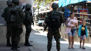 Pour tenter d'enrayer la violence et la main mise des narcotrafiquants sur des quartiers de Rio, l'armée y a été déployée. Ici, dans la favela de Rocinha, à Rio de Janeiro, le 26 juillet 2018.