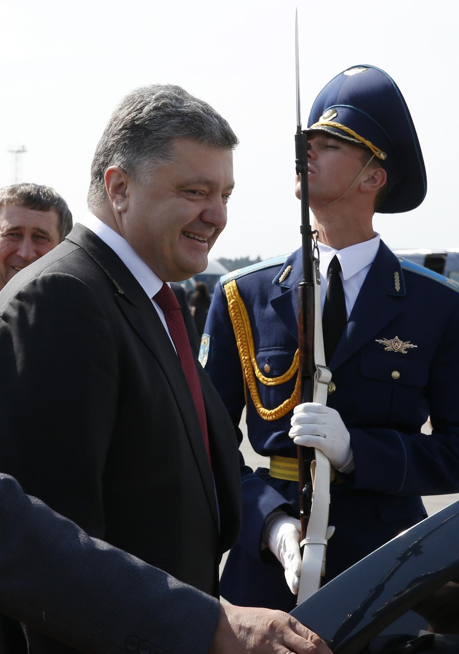 O presidente ucraniano, Petro Porochenko, chega a Minsk para uma cúpula regional nesta terça-feira, 26 de agosto.