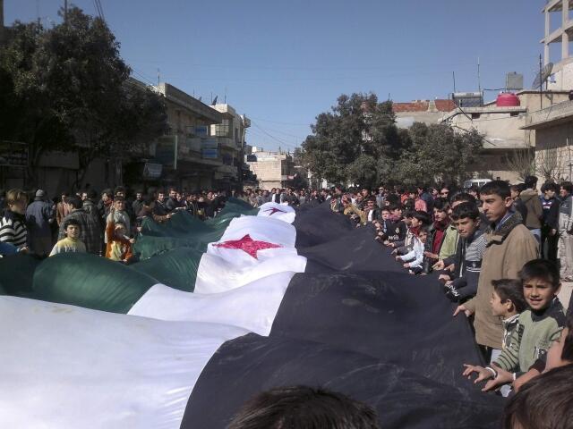 Protesto de opositores contra o presidente Bashar al-Assad ocorrido na sexta-feira, 25 de fevereiro,  perto de Idlib.