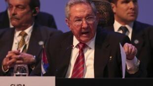 En visite au Costa-Rica pour un sommet de la Célac, le président cubain Raul Castro a insisté sur la levée de l'embargo américain, condition sine qua non d'un rapprochement avec les Etats-Unis.