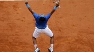 Rafael Nadal comemora a vitória sobre Andy Murray nas meias finais de Roland Garros.