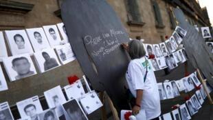 Protesta frente al Palacio Nacional de familiares de desaparecidos.