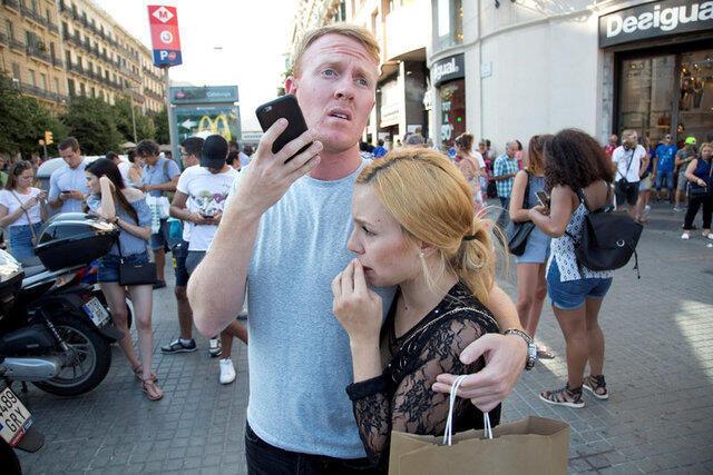 巴塞羅那市中心發生貨車撞人恐怖襲擊 至少13人死亡 100人受傷
