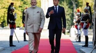 Le président français Emmanuel Macron (dr.) a reçu le Premier ministre indien Narendra Modi (g.) au château de Chantilly, le 22 août 2019.