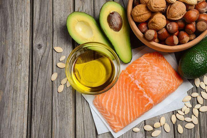 Pescados azules como el salmón y las nueces son ricos en omega 3.