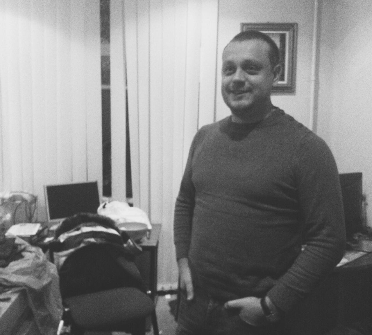 Максим Рева в своем днепропетровском офисе, в котором теперь разместился волонтерский штаб и склад