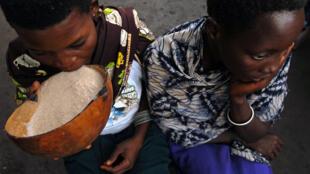 Deux femmes boivent de l'alcool en RDC (juillet 2006).