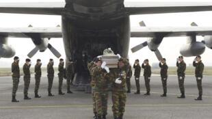 Бельгийские солдаты перевозят тела двадцати двух погибших детей на родину, аэропорт Melsbroek, 16 марта 2012 года