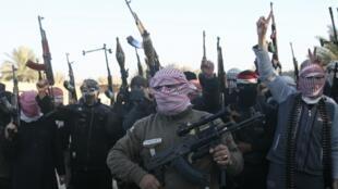 Iraquianos exibem suas armas em Falluja, a oeste da capital Bagdá.