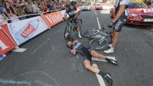 """Британский велогонщик Марк Кавендиш получил травму перед финишной линией первого этапа """"Тур де Франс"""", Харрогейт, Великобритания, 5 июля 2014 г."""