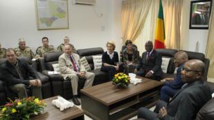 La ministre allemande de la Défense,  Ursula von der Leyen, avec le président malien, Ibrahim Boubacar Keita, lors d'une précédente visite à Bamako en février 2014.