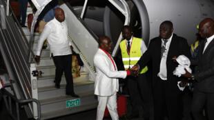 L'ancien ministre de la Défense Kadet Bertin (G) et Kacou Brou, le commandant des Affaires maritimes ivoiriennes (D) sous le régime Gbagbo à leur descente d'avion, à Abidjan, le 30 juin 2016.