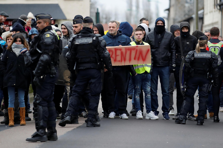 Полиция оттеснила протестующих в Гран-Буртерульде в день приезда Эмманюэля Макрона
