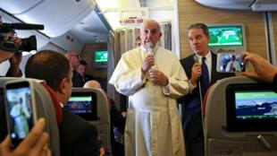 Le Pape françois face aux journalistes dans l'avion, pour sa tournée en Amérique latine. Il se rendra au Chili et au Pérou. Photo datée du 15 janvier 2018.