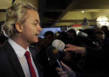 Geert Wilders, líder del partido de extrema derecha PVV  atiende a los periodistas tras conocer los resultados.