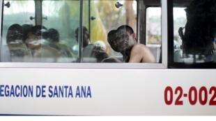 Des membres du groupe Mara Salvatrucha, à leur arrivée à Quezaltepeque en vue d'être incarcérés.